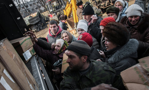 Жители Дебальцево в очереди за гуманитарной помощью в центре города.