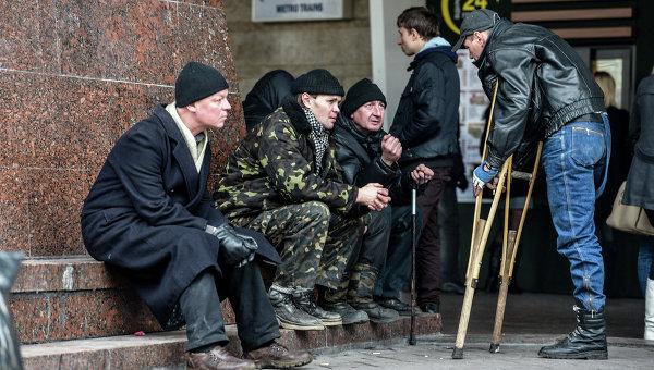 Мужчины возле входа в метрополитен в Киеве