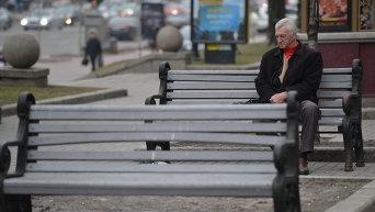 Пожилой мужчина сидит на скамейке. Архивное фото