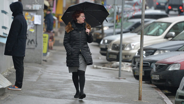 Женщина с зонтиком. Архивное фото