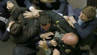 Драка между депутатами во время заседания Верховной Рады Украины в Киеве, во вторник, 3 марта 2015 года