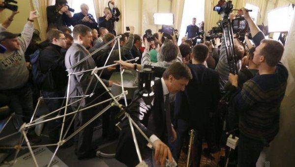 Драка между депутатами в кулуарах Верховной Рады Украины в Киеве, во вторник, 3 марта 2015 года