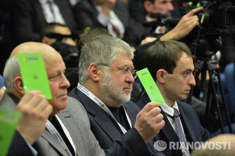 Игорь Коломойский голосует на конгрессе ФФУ