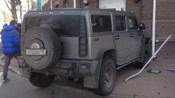 В Киеве Hummer с российскими номерами въехал в витрину магазина