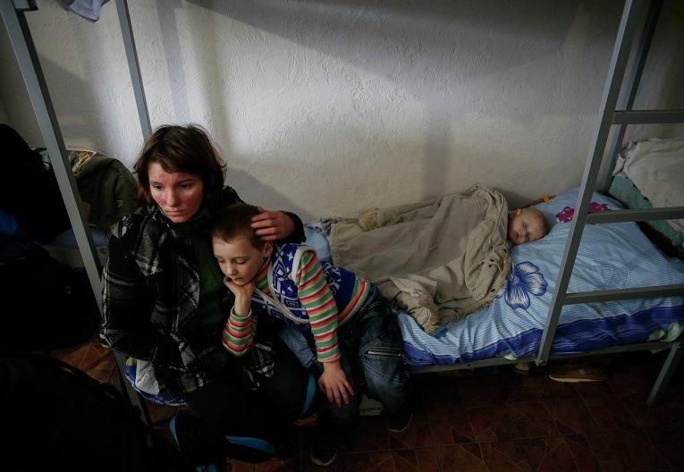 Беженцы в волонтерском центре Славянска