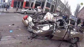 Танк раздавил легковушку в Донецке. Видео
