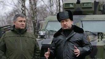 Турчинов и Аваков осмотрели новую военную технику