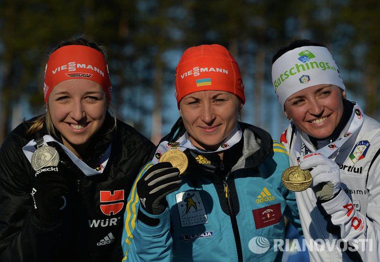 Призеры масс-старта среди женщин на ЧМ по биатлону (слева направо): Франциска Пройс (Германия) – серебряная медаль, Валентина Семеренко (Украина) – золотая медаль, Карин Оберхофер (Италия)– бронзовая медаль.