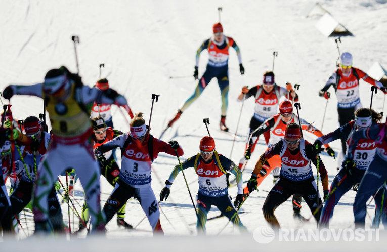Спортсменки на дистанции масс-старта среди женщин на чемпионате мира по биатлону в финском Контиолахти.