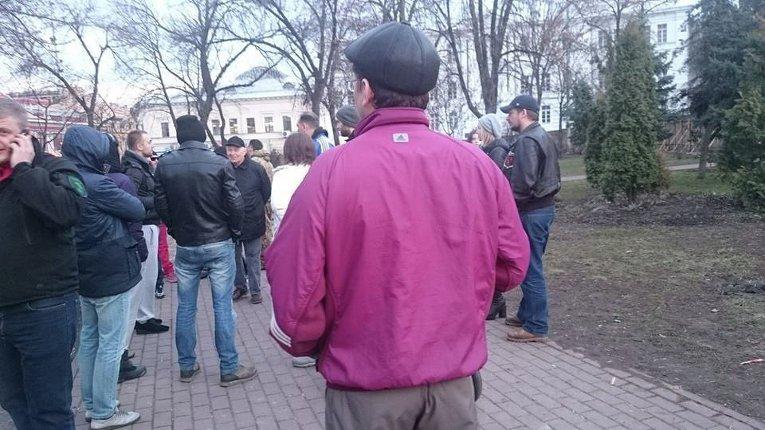 Активисты у забора возле сквера на Контрактовой площади в Киеве