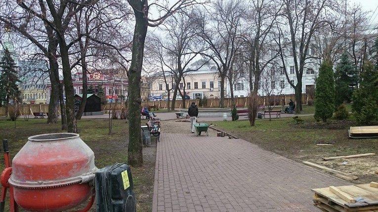 Забор вокруг сквера на Контрактовой площади в Киеве