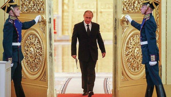 Президент России Владимир Путин входит в зал Кремля, где будет обсуждаться подготовка к празднованию 70-летия победы