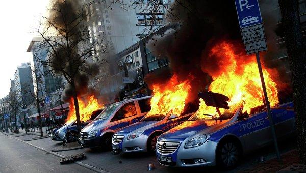 Протесты против политики ЕЦБ возле штаб-квартиры банка во Франкфурте