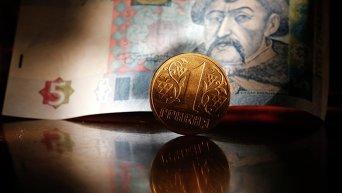 Денежные купюры и монета гривны Украины