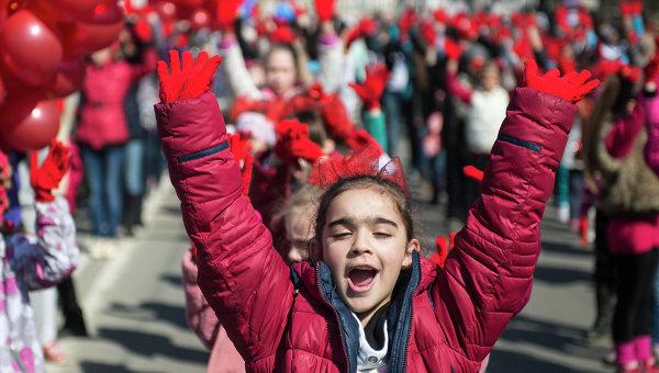Участники празднования годовщины Крымской весны во время шествия по центральным улицам Симферополя.