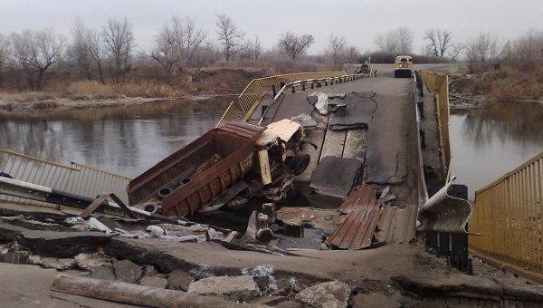 Разрушенный мост близ Трехизбенки Луганской области