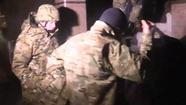Вооруженные люди в камуфляже заходят в здание Укртранснафты