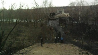 Разрушенный мост в Станице Луганской