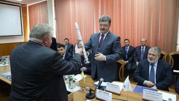 Петр Порошенко и Игорь Коломойский во время посещения КБ Южное в Днепропетровске