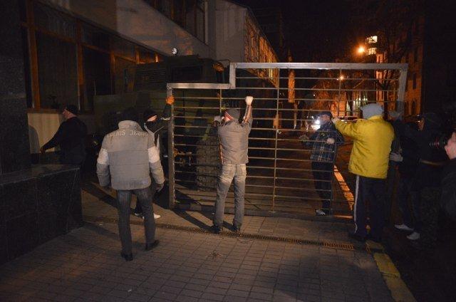 Под зданием Укрнафты устанавливают ограждение