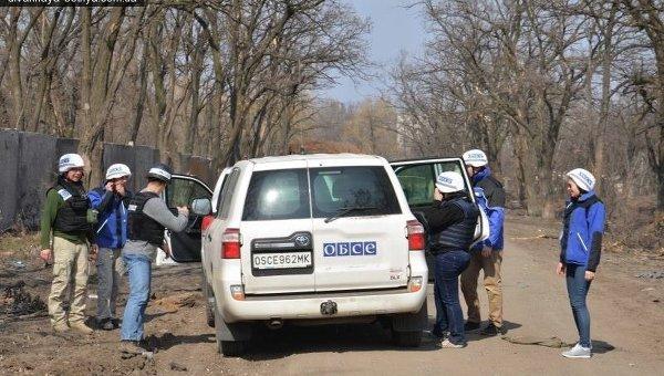 Автомобиль ОБСЕ в Песках после обстрела