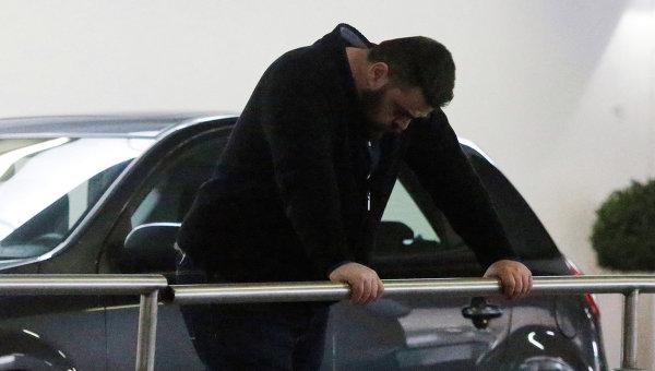 Мужчина, ожидающий прибытия Airbus A320 в аэропорту Дюссельдорфа