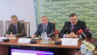 Яков Смолий (в центре)