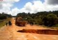 В Бразилии автобус провалился под землю на размытом шоссе