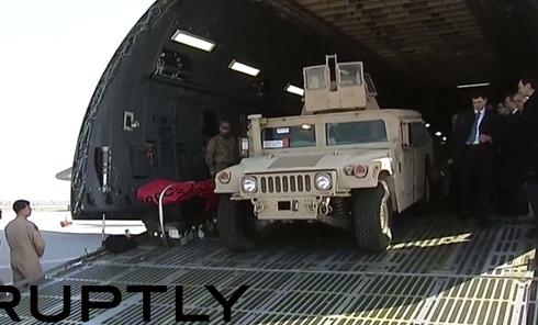 Петр Порошенко лично выехал за рулем американского Humvee из грузового самолета