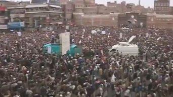 Тысячи хуситов вышли на улицы столицы Йемена, протестуя против авиаударов. Видео