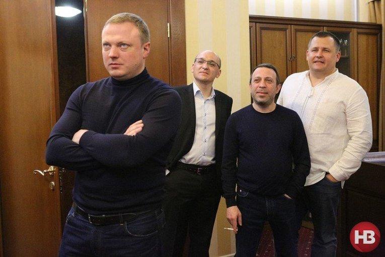 Святослав Олийнык (крайний слева), Геннадий Корбан (второй справа) и Борис Филатов (крайний справа)