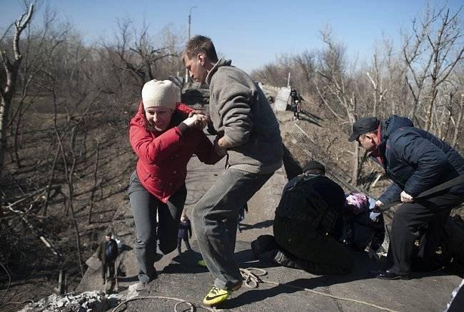 Жители Станицы Луганской используют веревки, чтобы пройти по взорванному мосту