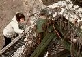 Жители Станицы Луганской используют веревки, чтобы перебраться через взорванный мост