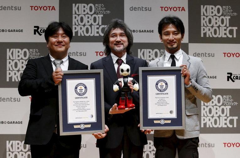 Робот-гуманоид Киробо позирует для снимков