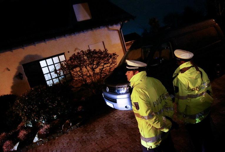 Немецкие полицейские стоят у дома родителей пилота авиакомпании Germanwings, самолет которой разбился во Франции