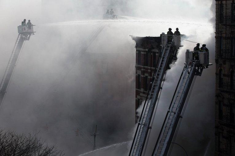 Пожарные Нью-Йорка тушат большой пожар в Ист-Виллидж