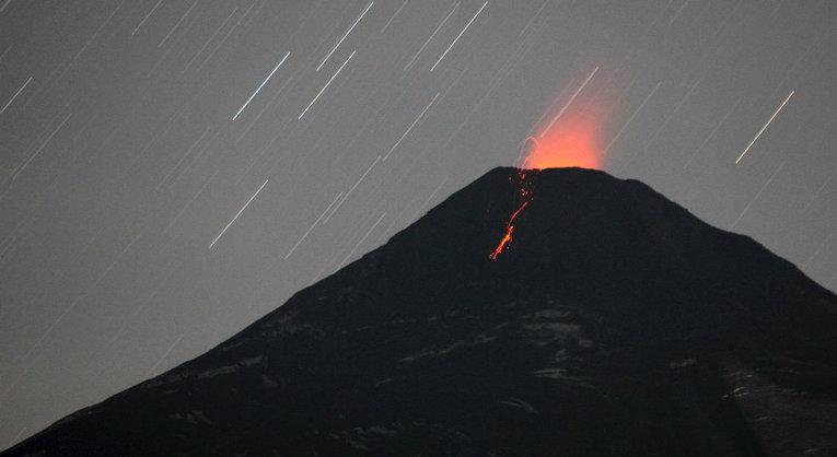 Извержение вулкана Вильяррика, который видно из города Пукон к югу от Сантьяго
