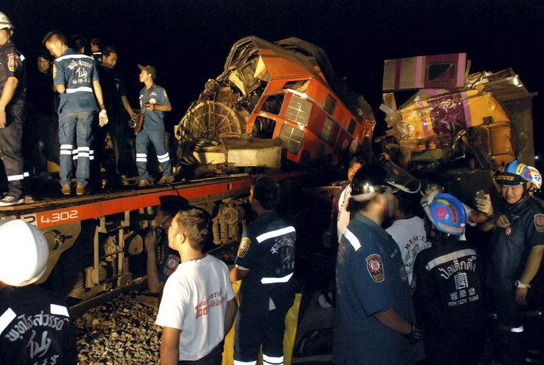 Спасатели на месте крушения двух поездов в провинции Аюттхая, к северу от Бангкока