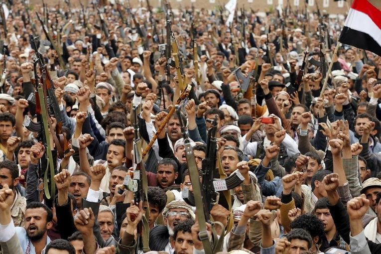 Шиитские повстанцы держат свое оружие во время митинга против воздушных ударов по Сане