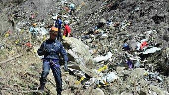 Спасатели на месте крушения самолета Airbus A320 в районе французских Альп