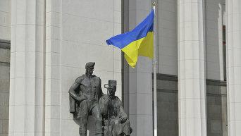 Флаг Украины на фоне здания Верховной Рады