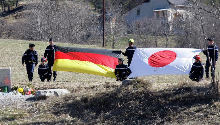 Спасатели на месте катастрофы Airbus A320