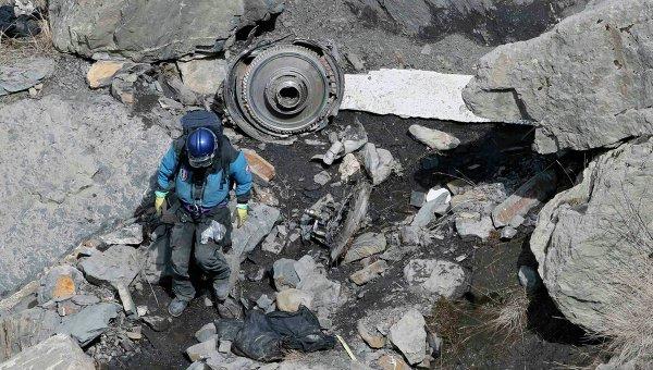 Французский спасатель на месте крушения Airbus A320 в Альпах