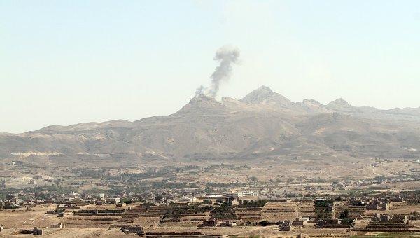 Дым от авиаударов по столице Йемена, городу Сане