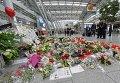 В аэропорту Дюссельдорфа пассажиры почтили память погибших Airbus A320 бюджетной авиакомпании Germanwings, разбившегося 24 марта в районе французских Альп на юго-востоке Франции. В катастрофе погибли 150 человек