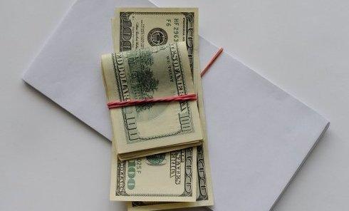 Доллары в конверте. Архивное фото