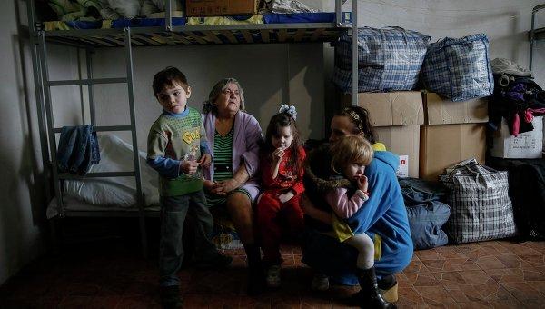 Женщины и дети, покинувшие свои дома из-за боевых действий в Донбассе, в одном из волонтерских центров в Славянске (12 марта 2015 года)