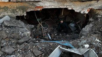 8-летний Максим заходит внутрь поврежденного жилого дома, где живет его семья в Дебальцево, 20 Февраля 2015 г
