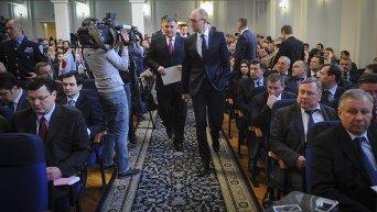 Яценюк и Аваков на выездном заседании Кабмина