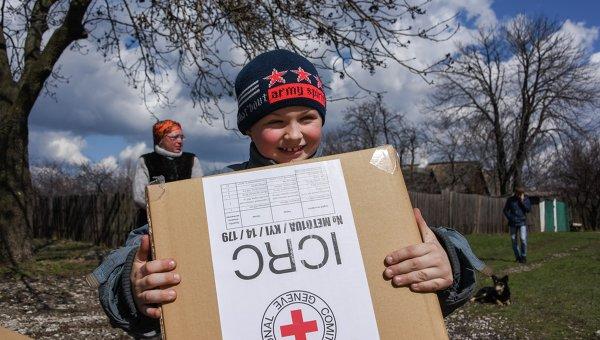 Ребенок в районе Углегорска после получения помощи от Красного Креста